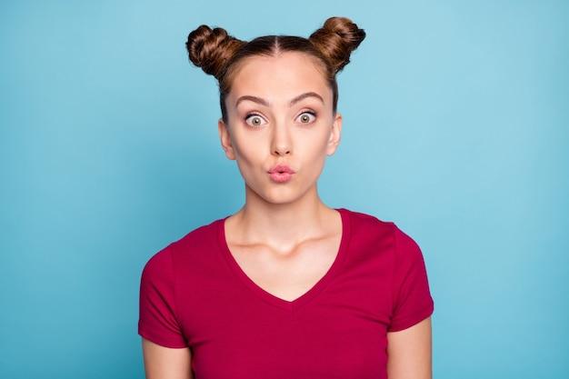 Zdjęcie zdumionej, zaskoczonej dziewczyny w osłupieniu, która zauważyła, że sprzedaż zatrzymała się późno w pobliskim centrum handlowym, aby kupić przecenione towary na białym tle niebieska pastelowa ściana