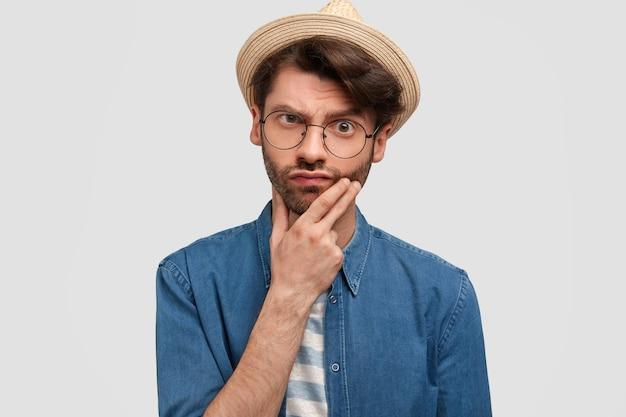 Zdjęcie zdziwionego brodatego mężczyzny wygląda ze zdumieniem