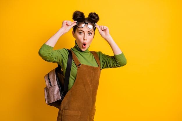 Zdjęcie zdziwionej dziewczyny, w której widać niewiarygodne informacje o harmonogramie egzaminów akademickich, pod wrażeniem otwartych ust