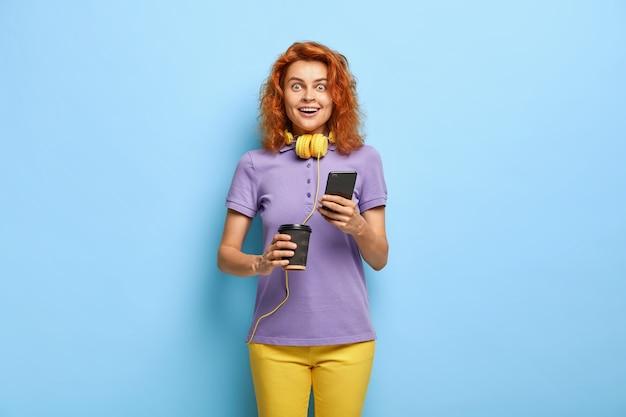 Zdjęcie zdziwionej, wesołej kobiety o rudych włosach