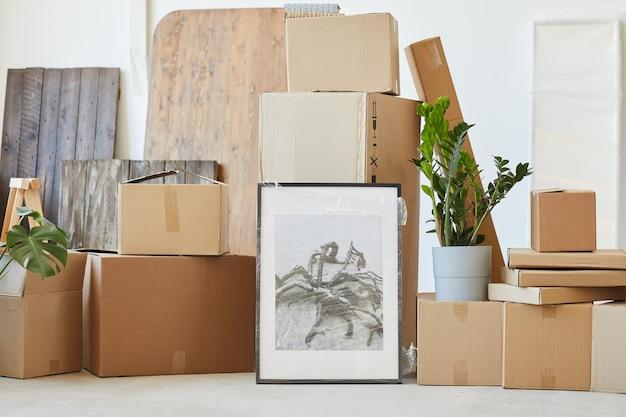 Zdjęcie ze zdjęciem i innymi rzeczami zapakowanymi w pudełka przygotowane do przeprowadzki