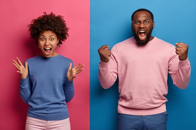 Zdjęcie zirytowanej niegrzecznej kobiety i mężczyzny krzyczących z agresją, grymasem i gniewnym gestem, nie zgadzają się z niesprawiedliwą sytuacją