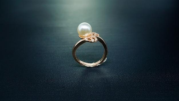 Zdjęcie złotego pierścionka z białym diamentem