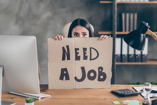 Zdjęcie zmartwionej dziewczyny agent marketingu dyrektor generalny czuć strach przyszłość praca zawód światowa ekonomia sytuacja kryzysowa zamknij okładka twarz karton tekst potrzebna praca siedzieć przy stole w miejscu pracy