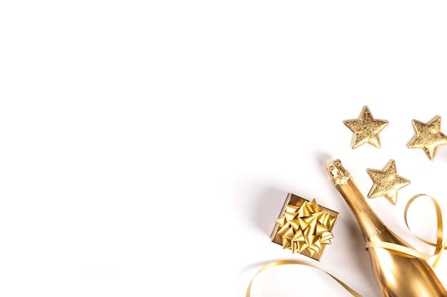 Zdobiona butelka złotego szampana. symbol świąt.
