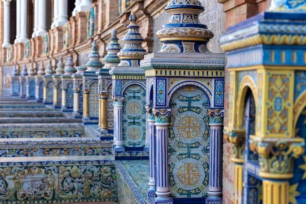 Zdobiona ceramika z placu w hiszpanii w sewilli, hiszpania - selektywne skupienie
