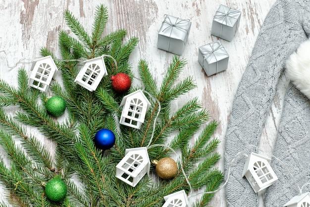 Zdobiona gałąź jodły i małe białe domki. koncepcja wakacji