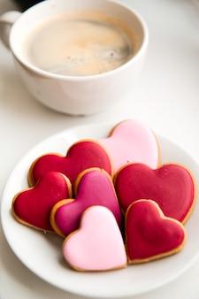 Zdobione ciasteczka w kształcie serca na białym tle
