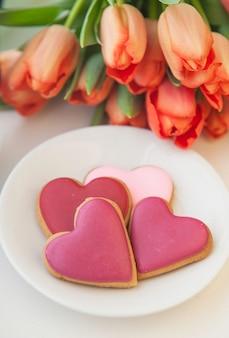 Zdobione ciasteczko w kształcie serca na białym tle
