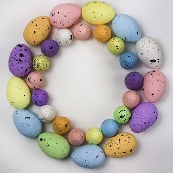Zdobione jaja przepiórcze w kształcie koła kopia przestrzeń