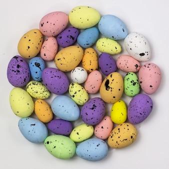 Zdobione jaja przepiórcze w kształcie koła