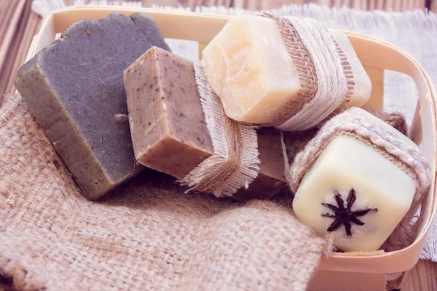 Zdobione kawałki różnych suchych mydeł w koszu