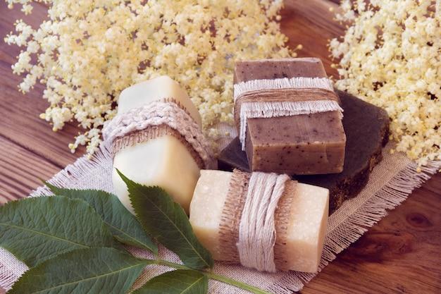 Zdobione kawałki różnych suchych mydeł z białym elder