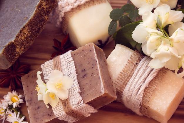 Zdobione kawałki różnych suchych mydeł z jaśminem, stokrotką i psami