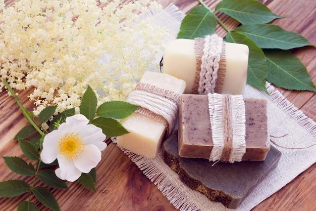 Zdobione kawałki różnych suchych mydeł z różą i starszym