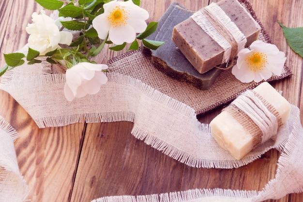 Zdobione kawałki różnych suchych mydeł z różami