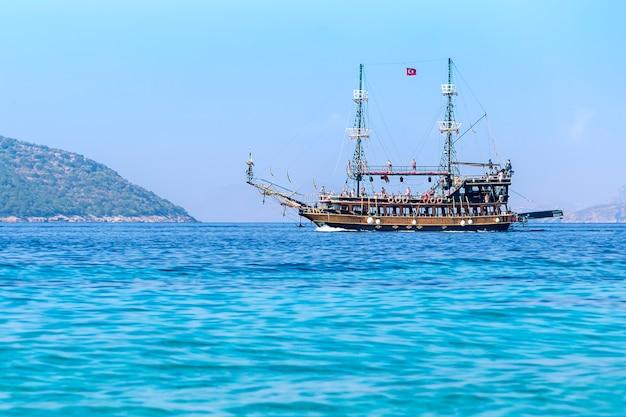 Zdobione łodzie turystyczne na morzu w pobliżu bodrum w turcji. wycieczka morska w wakacje letnie.