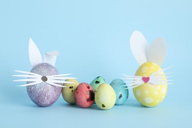 Zdobione pisanki i słodkie uszy królika na kolor tła