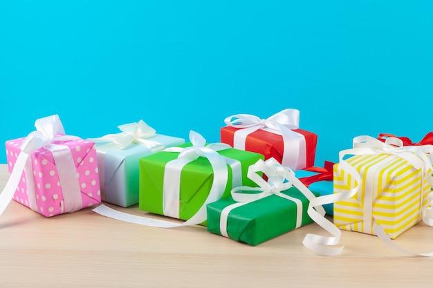 Zdobione pudełka na prezenty na jasnoniebieskim tle