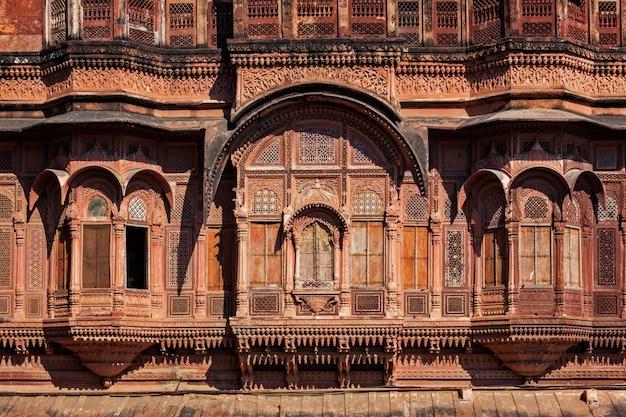 Zdobione rzeźbione okna w radżastanie w indiach