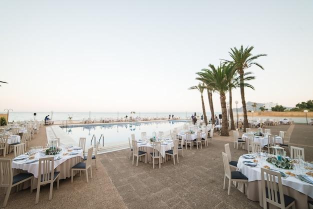 Zdobione stoły na przyjęcie weselne w nadmorskim kurorcie