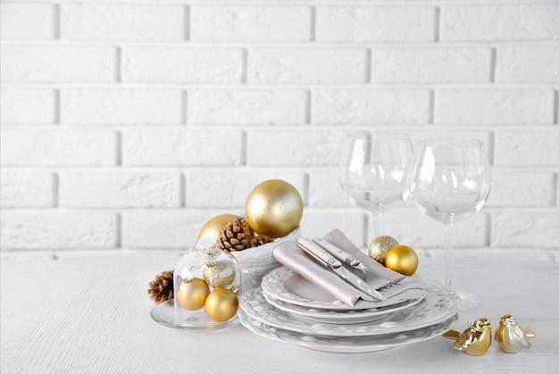 Zdobione świąteczne nakrycie stołu. koncepcja menu świąteczne
