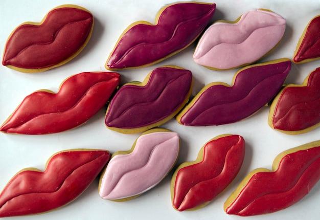 Zdobione ustami w kształcie ciasteczek na białym tle