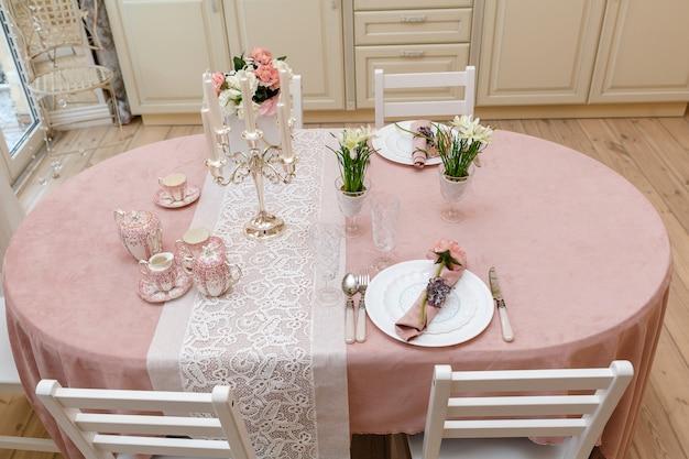 Zdobiony stół w domu