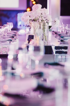Zdobiony stół weselny w fioletowych odcieniach
