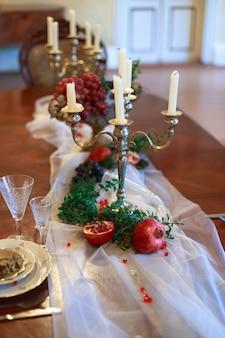 Zdobiony stół z czerwonymi granatami