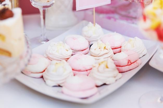 Zdobiony stół ze słodyczami dla gości uroczystości.