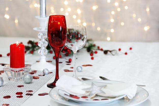Zdobiony świąteczny stół na obiad