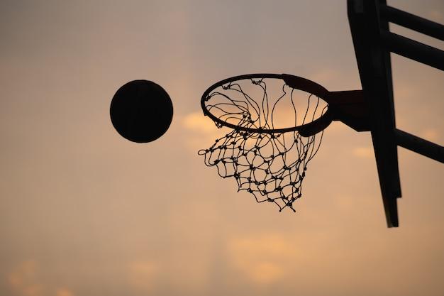 Zdobycie zwycięskich punktów podczas meczu koszykówki