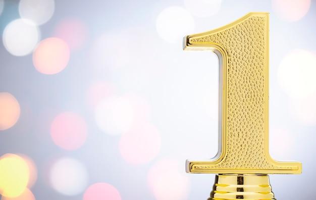 Zdobywcy 1. miejsca złote trofeum z miejscem na kopię