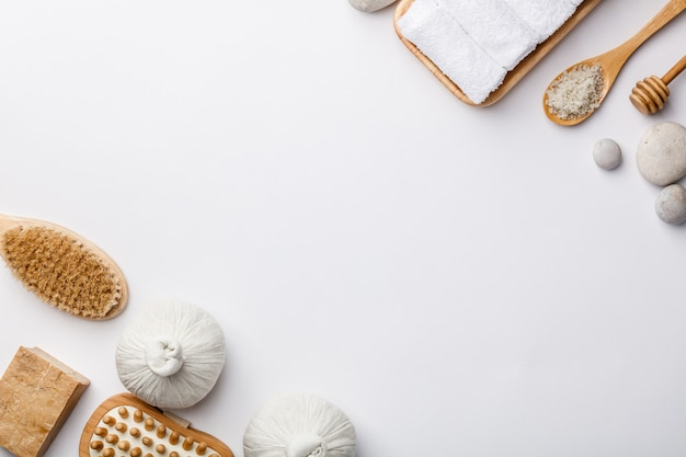 Zdrojów akcesoria na bielu stole jako tło. pojęcie zdrowego stylu życia. piękno, pielęgnacja skóry