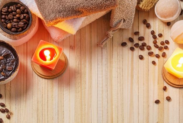 Zdroju pojęcie z kawą na drewnianym tle