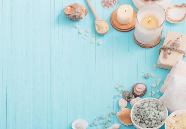 Zdroju pojęcie z świeczkami na błękitnym drewnianym tle