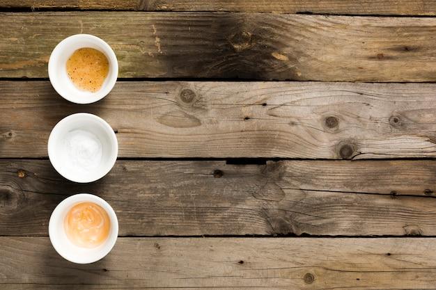 Zdroju składnik w pucharach na stole