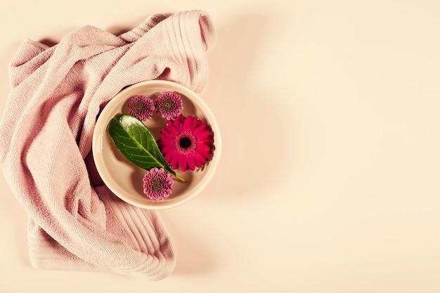 Zdroju tło z kwiatami i ręcznikiem