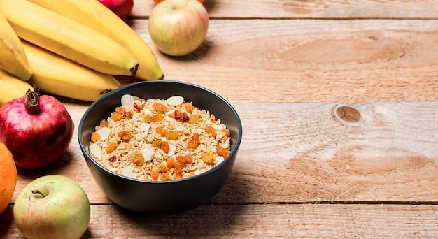Zdrowa, czysta żywność, dieta i odżywianie fitness. zbilansowane odżywianie, koncepcja zdrowego śniadania. składniki domowej roboty musli i musli na stole. widok z góry z miejscem na kopię
