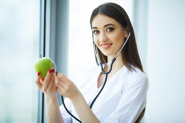 Zdrowa dieta. doktor dietitian holding w ręce świeże apple