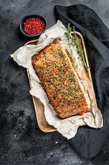 Zdrowa dieta wysokobiałkowa, wędzony atlantycki filet z łososia. pstrąg. czarne tło, widok z góry.