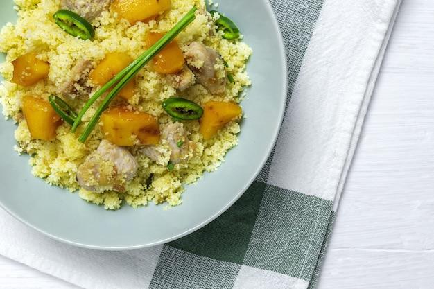 Zdrowa domowa sałatka z kuskusem z kurczakiem, mango i chili