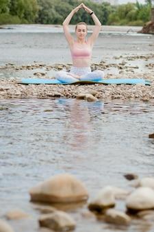 Zdrowa dziewczyna relaksując się podczas medytacji i robi ćwiczenia jogi