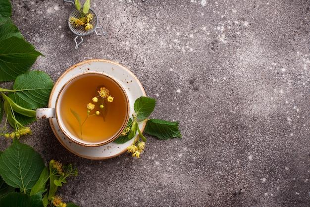 Zdrowa gorąca herbata lipowa w filiżance