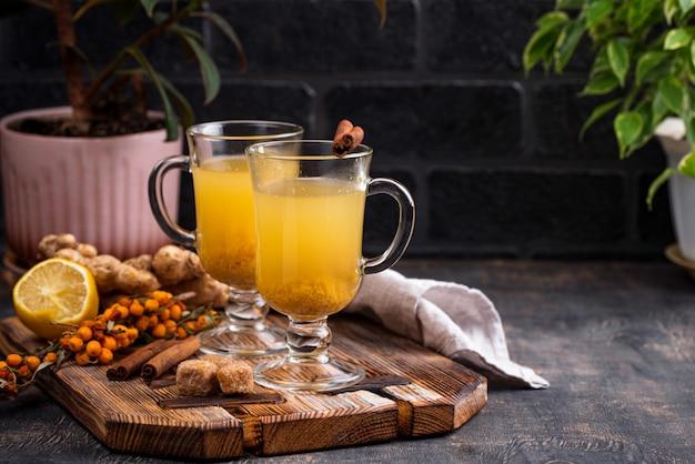 Zdrowa gorąca herbata z rokitnika
