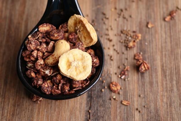 Zdrowa granola z mlekiem