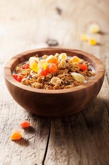 Zdrowa granola z suszonymi owocami na śniadanie