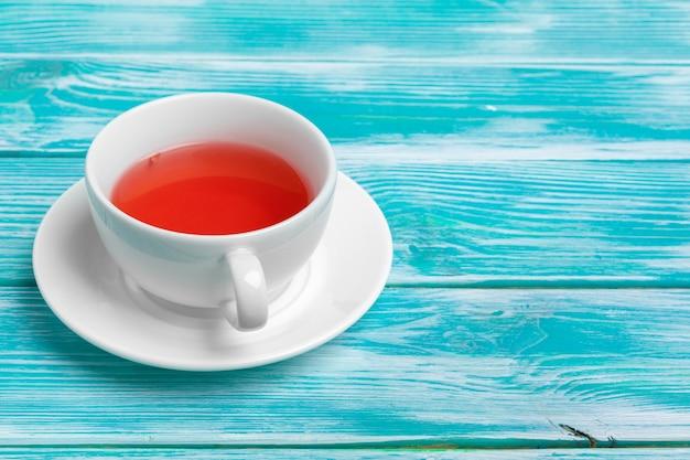 Zdrowa herbata ziołowa na niebieskim tle