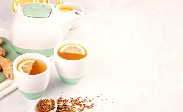 Zdrowa herbata ziołowa z cytryną i imbirem